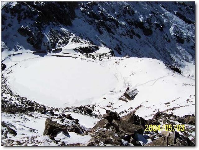 环顾群山连绵起伏如波涛翻滚,回首顶峰鹤立鸡群似天堂仙境,尽管雪还是