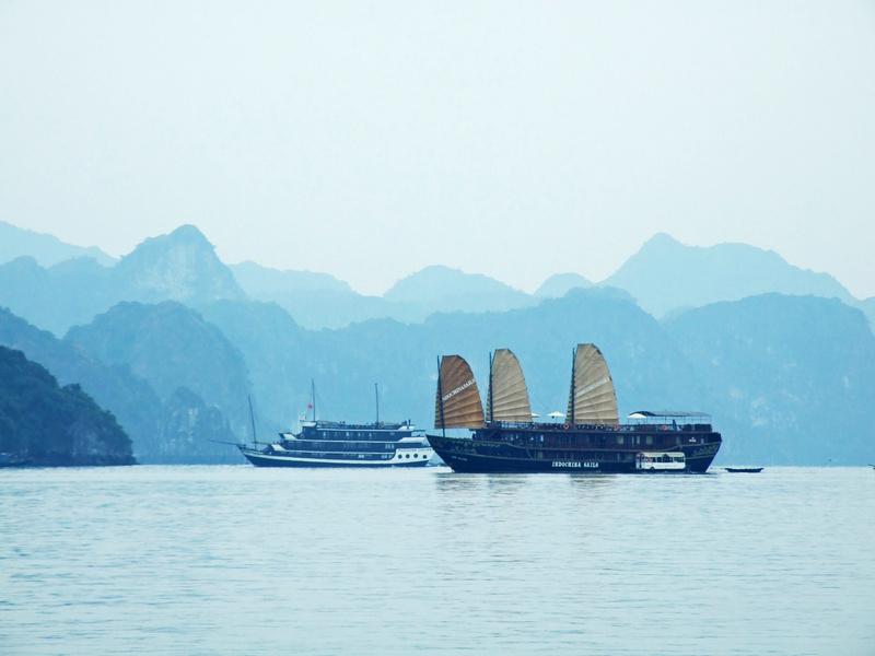 下龙湾乘快艇看海,天堂岛登高峰望山-越南游之五