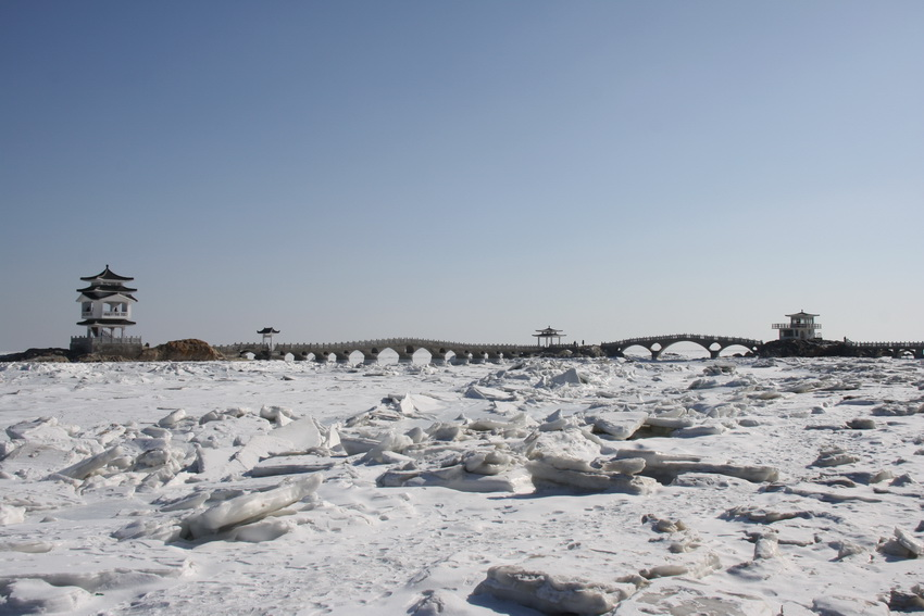 冬天的大海是寂寞的,冰冻住的海水 ,黑褐色的礁石,白色的海天,冬天的