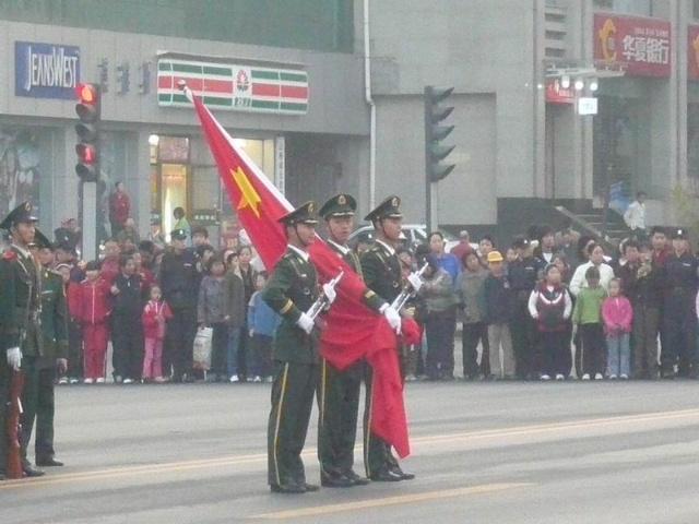 参加升国旗仪式