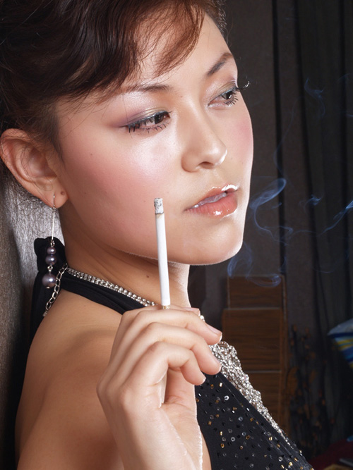个性颓废伤感抽烟女人黑白手机竖屏壁纸