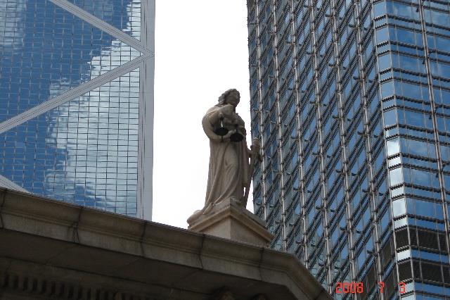 楼顶雕塑手中拿着一个天平秤