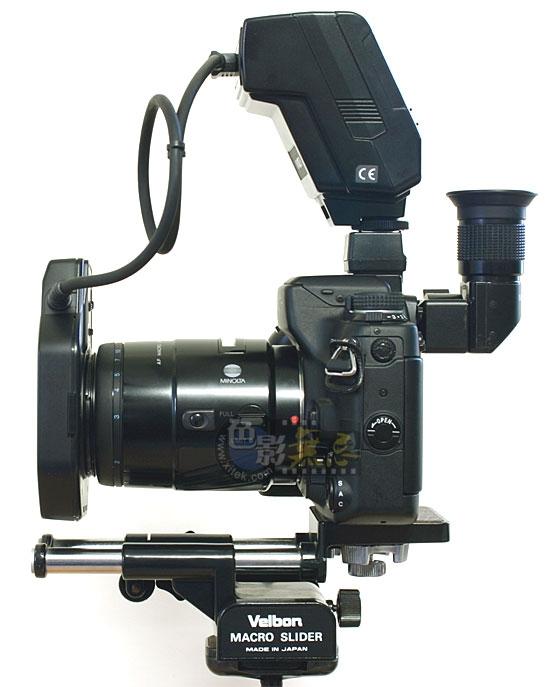 了。 对于有TTL测光的照相机,这样的变化是可以自动补偿的,配合专用的TTL闪光灯也同样可以自动补偿。但是对于使用非TTL/没有测光/没有专用TTL闪光灯的照相机而言,这种补偿需要考虑。 拍摄微距用的附件: 由于微距拍摄时影象的放大倍率比较大,对调焦的要求比较严格,所以需要一些专用的微距附件才能有效地进行微距拍摄工作。 1、弯角取景器和放大取景器:其作用是精细调焦; 2、三脚架;坚固的三脚架在拍摄微距时几乎是必备用品; 3、微距架;可以方便地进行微调。 镜头前端的工作距离: 每支镜头上都标记有最近对焦距离