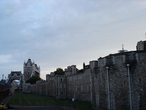 从塔桥走向伦敦塔,阴霾