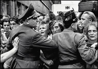 德国统一之前:带泪的笑话与带血的自由