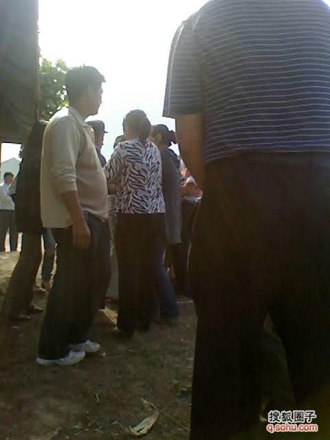图二徐州市贾汪区耿集计生办带人下村抓人的现场的百姓