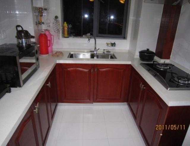 实木橱柜.配上米白色的台面,墙砖白色的色调,稍微中式的风格.图片