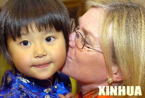 外国人收养中国孩子 需缴几万元费用 图
