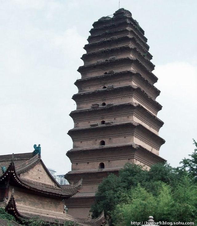 当时有一个高倍望远镜可以俯瞰西安城:登塔望远