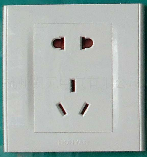 """3、插座安装时其面板应端正并紧贴墙壁。并且接线(相位)应相符下列要求:单相二孔插座,面对插座的右孔或上孔接相线(火线);左孔或下孔接零线。单相三孔插座,面对插座的右孔接相线(L、火线),左孔接零线(N),上孔接地线(PE)。 [[img STYLE=""""DispLAY: block; MArGin: 0px auto 10px; ZooM: 1; TexT-ALiGn: center"""" ALT="""""""" src=""""http://simg."""