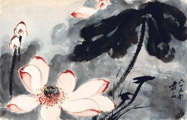 """张大千在花卉画中以荷花画居多。他之所以喜爱画荷花,除其它原因外,他认为""""""""中国画重在笔墨,而画荷是用笔用墨的基本功。""""""""并且还认为画荷与书法有着密切关系。故此,张大千画荷的作品不但年年有,而且不断推出新意。形成驰名中外的""""""""大千荷""""""""。他在三十五岁时作的《金荷》,就被法国政府购藏。 张大千先生画荷之艺术风格特色    金碧风格:金碧风格是大千先生年轻时所作,十八岁时到日本学习染织工艺,吸收了光琳派的金碧装饰性画风,又结合了唐朝"""