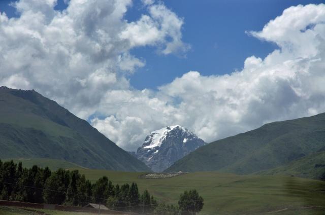 沙鲁里山脉连绵不绝,沿途为我们奉献上一幅幅的美图.