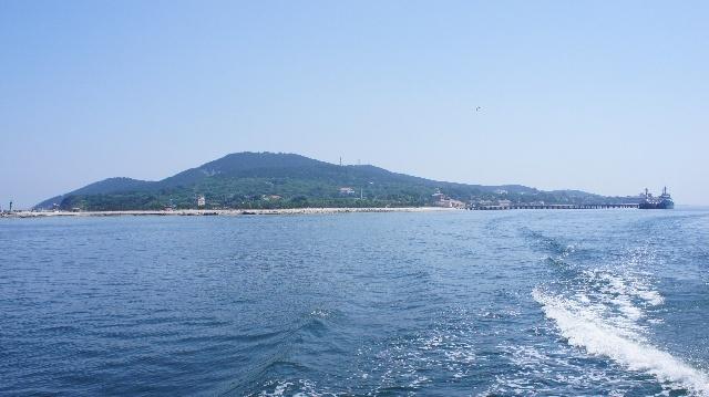 刘公岛风景区位于山东威海市区之东的威海湾中,它东西长4.