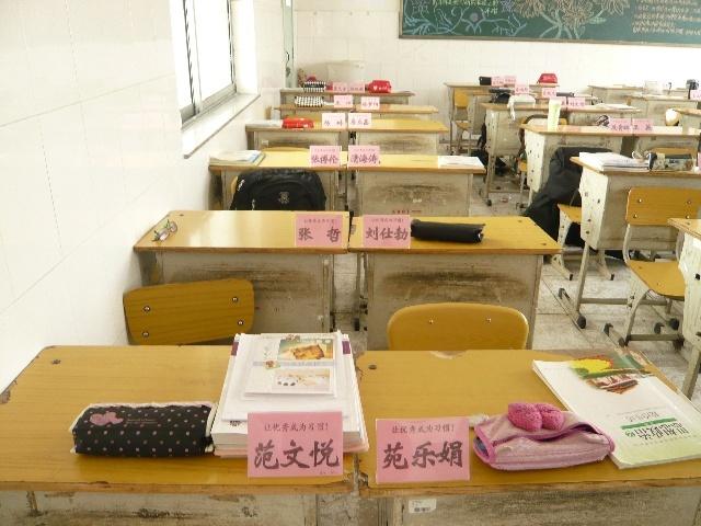 高一八班的席签开始使用了,刚使用,几个任课老师就跟我说:太好了!再也不用为记不住学生名字而发愁了。其实,席签的使用除了让老师便于了解学生以外,还让学生有种骄傲的感觉,一种自豪的感觉,因为在中国席签一般是给领导和专家使用的,让学生对自己要有信心,我就是专家,我要成为专家!希望每个高一八班的同学能为自己感到自豪,为自己的将来感到自豪!加油!