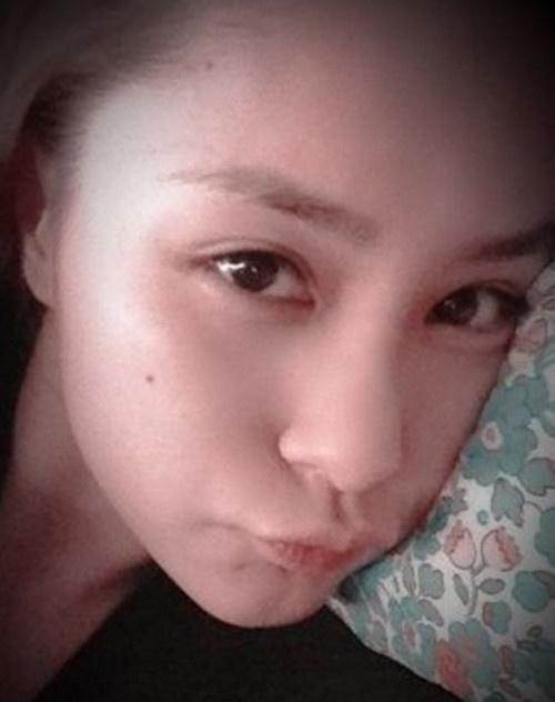 张躺在床上的素颜自拍照