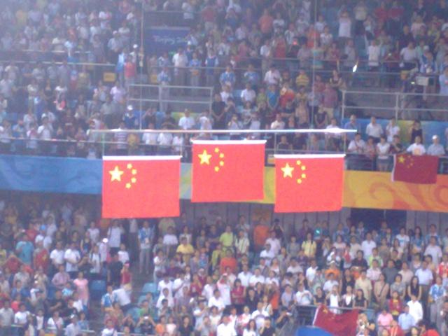北大乒乓球馆升起三面五星红旗